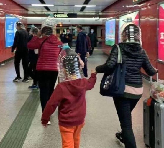 Người dân TQ dùng chai nhựa làm mặt nạ